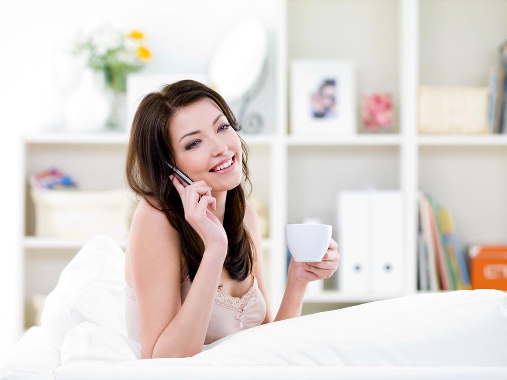 жінка з телефоном