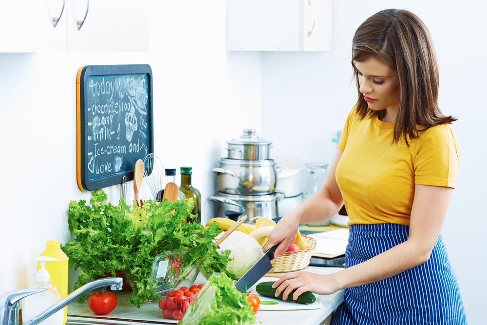 дівчина робить салат