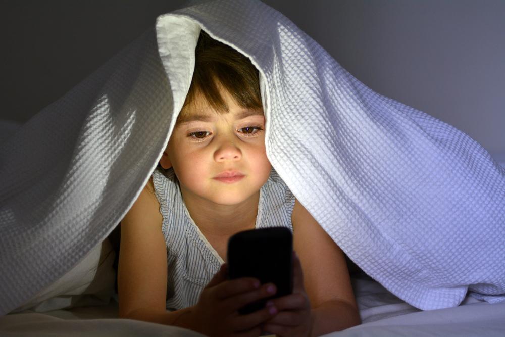 дитина з телефоном