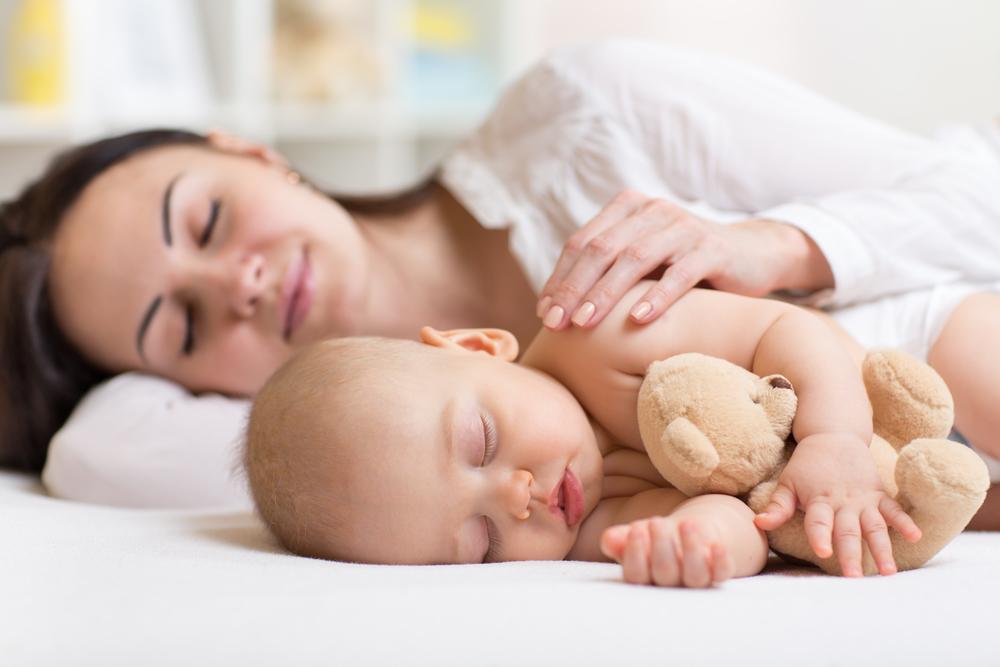 малыш в кроватке фото