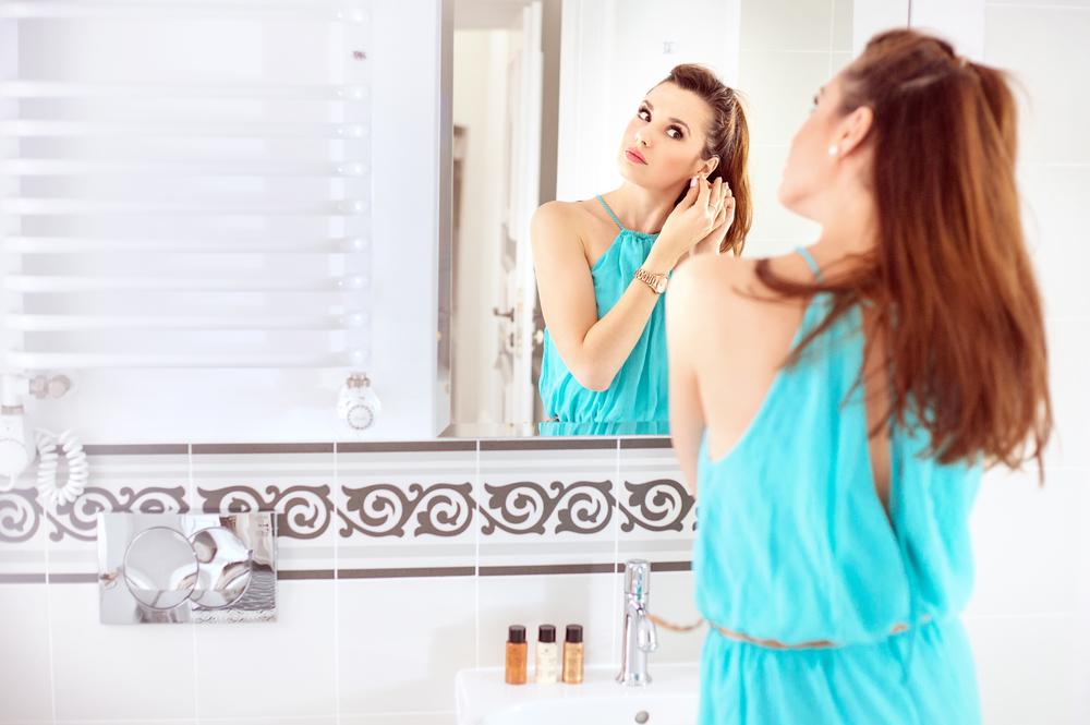красивые волосы перед зеркалом