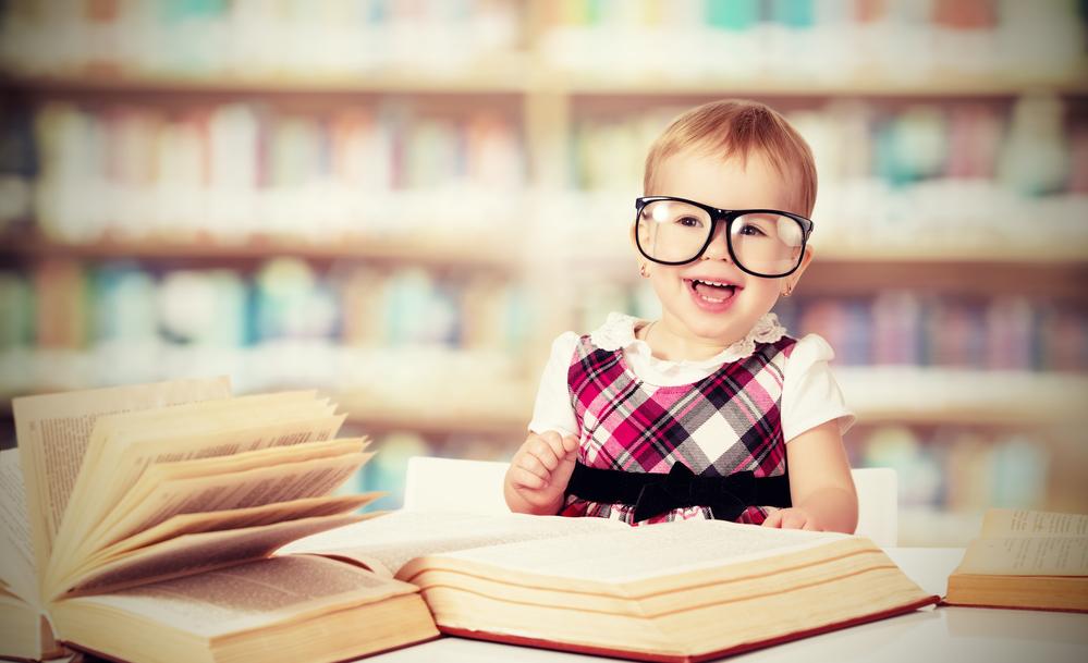 дівчинка з книгами