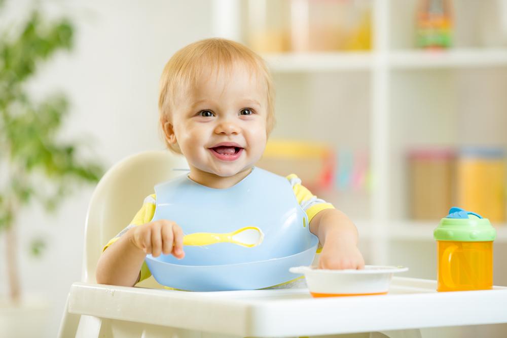 малюк сміється