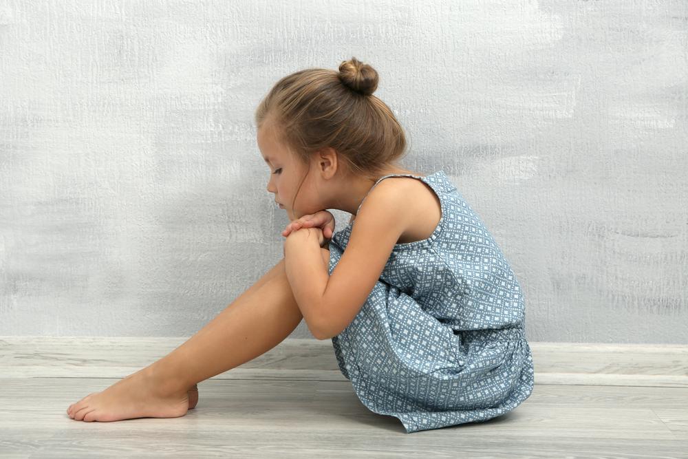 дівчинка сидить