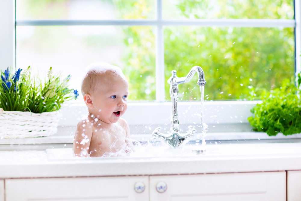 малюк купається