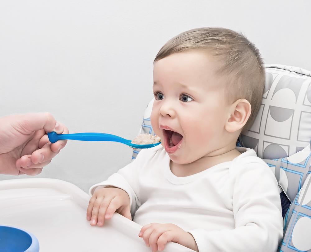 малюк їсть кашу