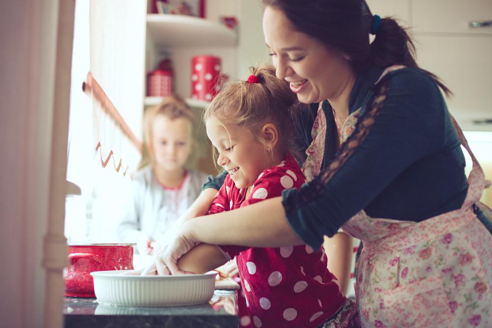 мама з дитиною готують