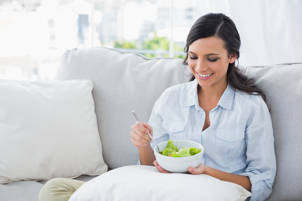 жінка їсть салат