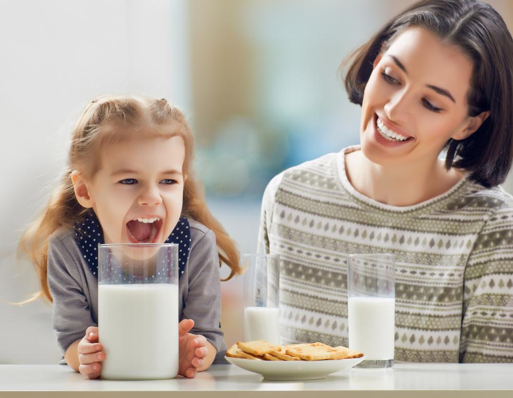 щаслива дівчинка з мамою