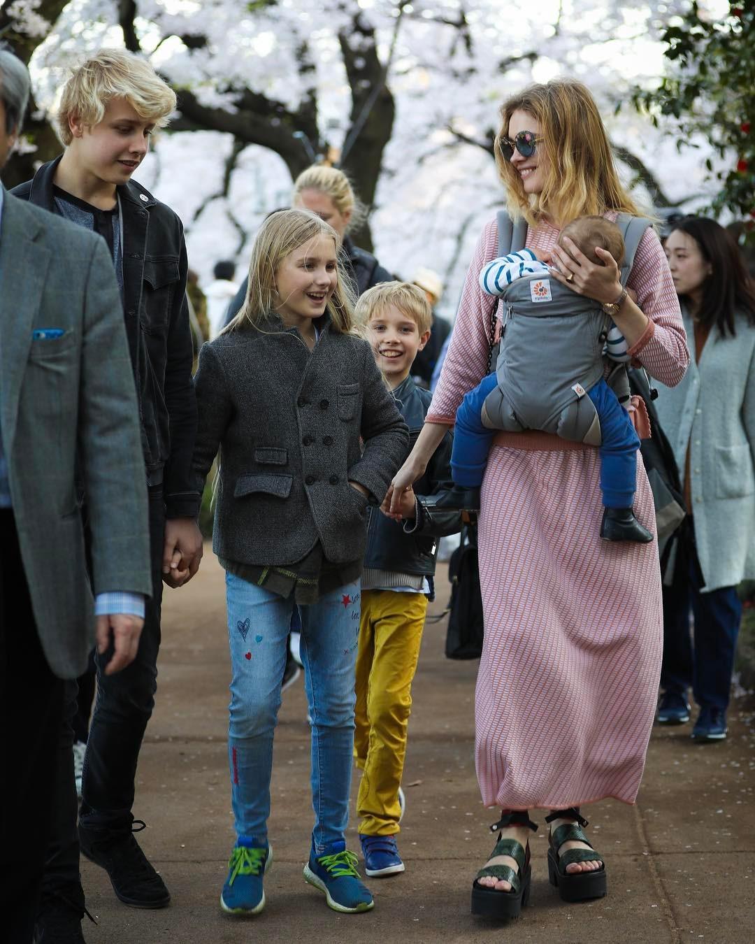 Водянова з дітьми і сином Романом