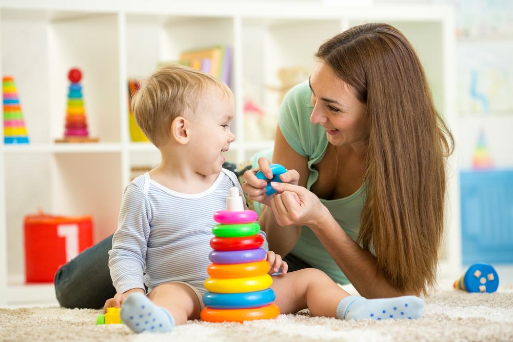 Мама учит малыша складывать пирамидку