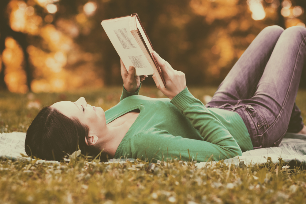 жінка читає