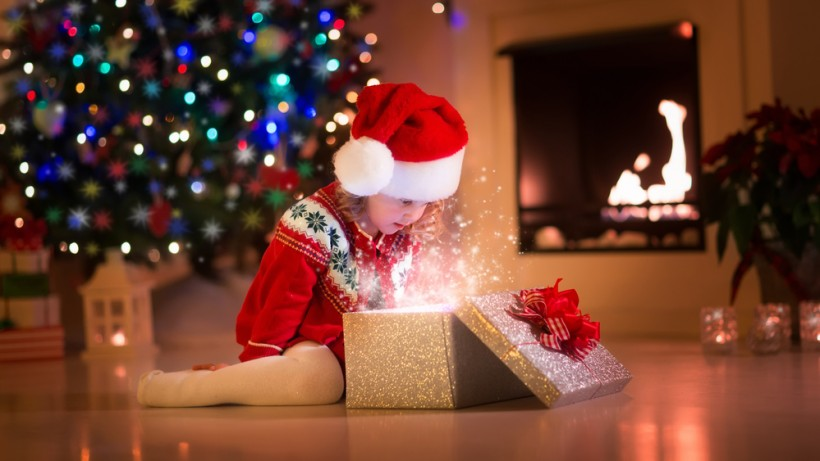 Ребенок под елкой с подарками 68