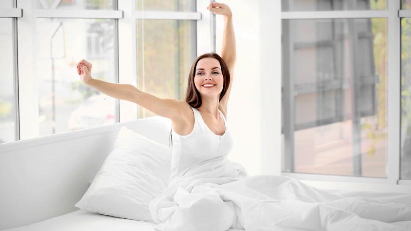 Красивая брюнетка в кровати