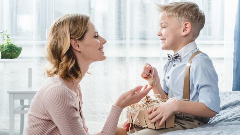 мама вчить сина висловлювати емоції