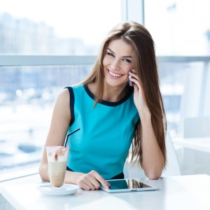 Красивая женщина сидит за столом