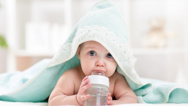 Немовля п'є воду з пляшки