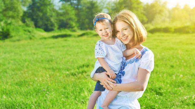 Мама с ребенком летом