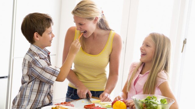 Мама готовит на кухне с детьми