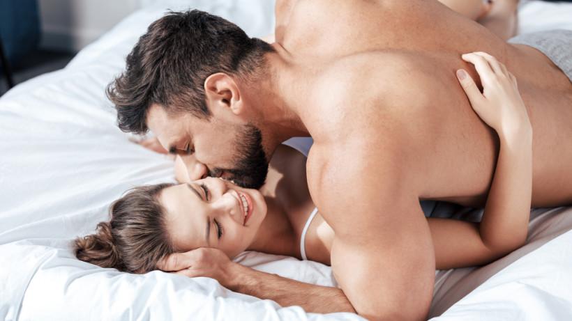 парень занимается сексом в постели