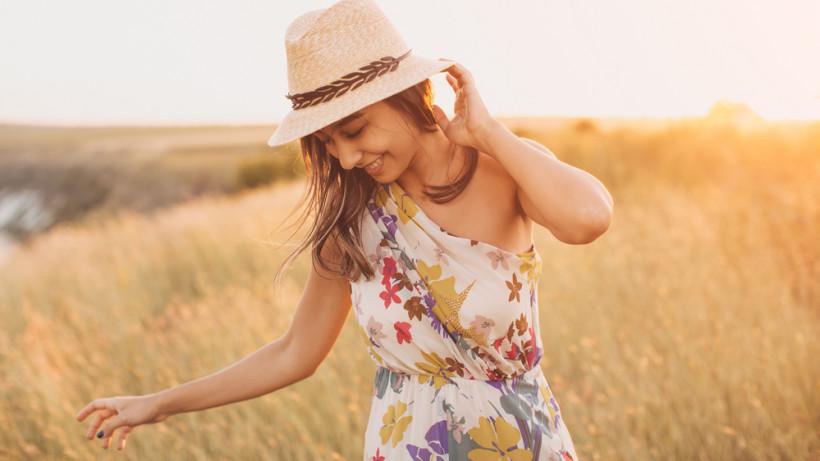 Симпатичная девушка летом в шляпе