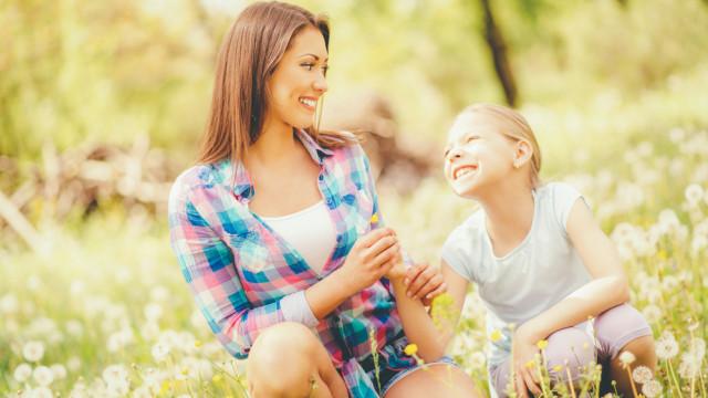 красива мама і дочка в полі