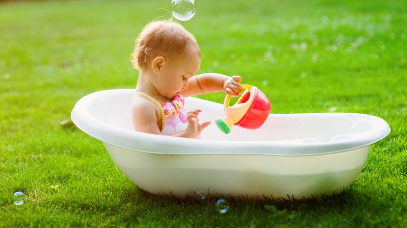 Малышка в ванной сидит