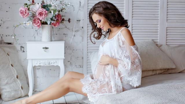 красивая беременная в пеньюаре