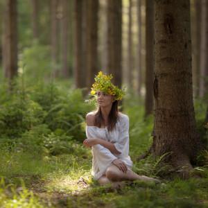 Девушка в венке в лесу