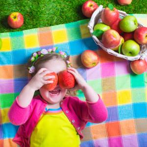 яблука дівчинка