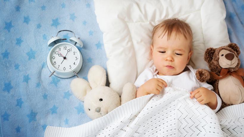 Спать хочет на час-два раньше, потом вроде опять начинает бодрится.
