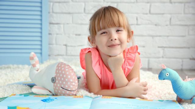 красива маленька дівчинка й іграшки
