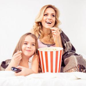 Мама з донькою їдять попкорн