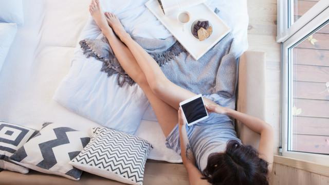 дівчина із планшетом відпочинок лінь