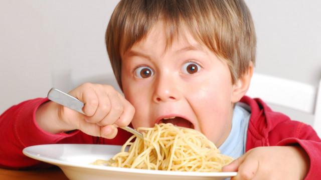 мальчик ест спагетти