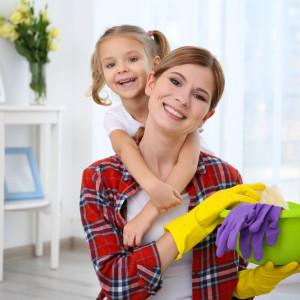 мама с дочкой убирают