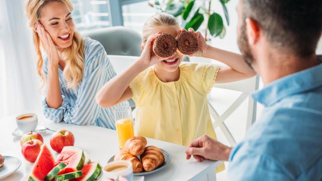 семья ест сладости