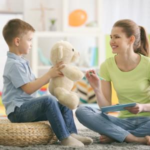 Поощряя вашего маленького волшебника спрятать игрушки, пока вы их ищете, также преимущества - это по