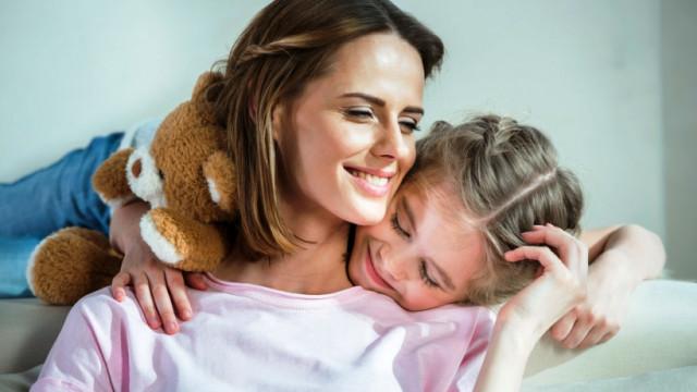 мама и дочь обнимаются