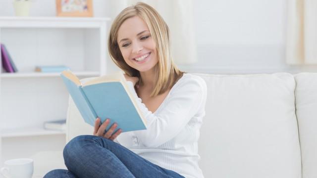 Молодая женщина читает книгу