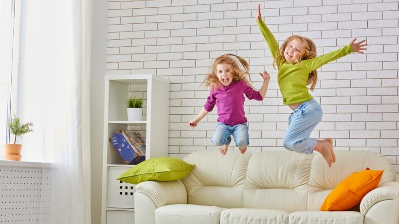Девочки прыгают на диване