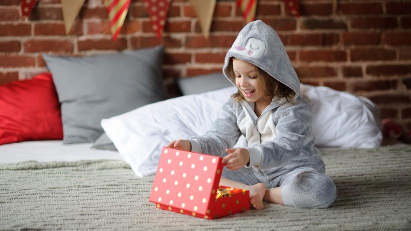 Девочка открывает подарок от Святого Николая